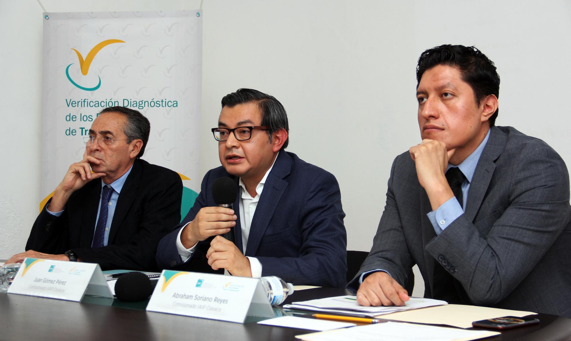 Los comisionados del IAIPO en la presentación de la Metodología para la Verificación