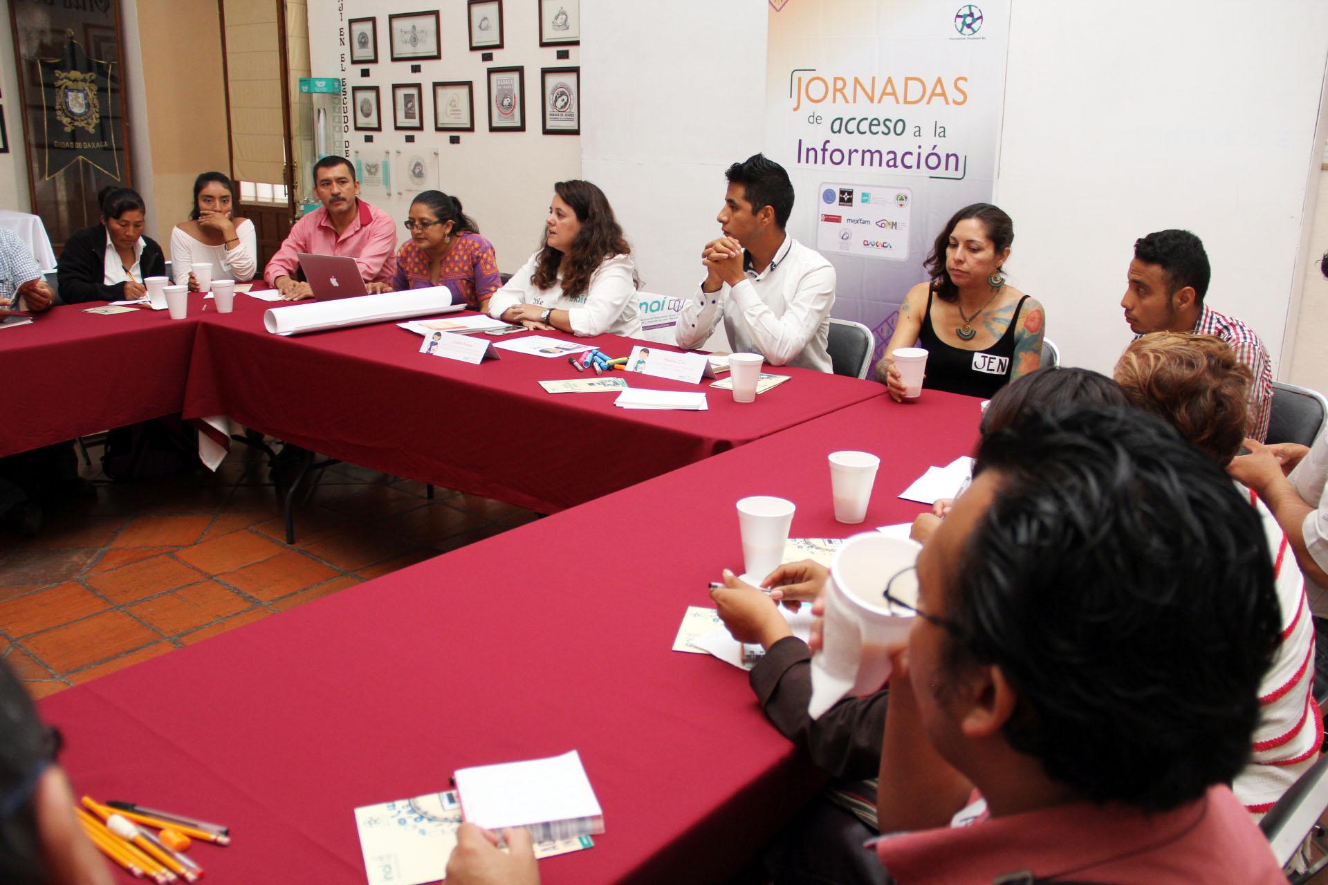 Mesa de trabajo en el Salón ExPresidentes del Ayuntamiento de Oaxaca de Juárez.